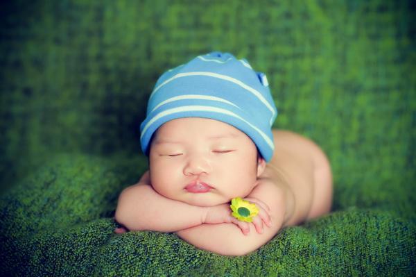这个满月宝宝趴着睡觉的姿势